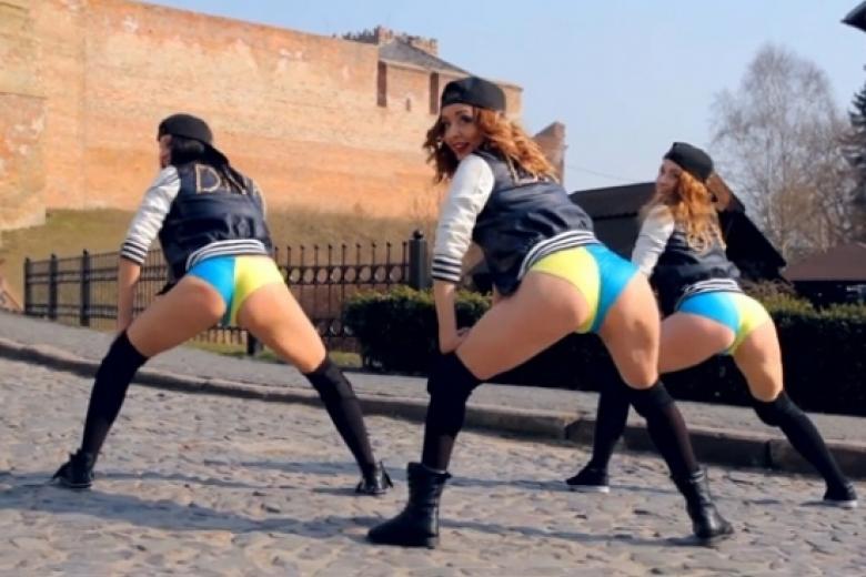 Танцы в голубых трусиках видео