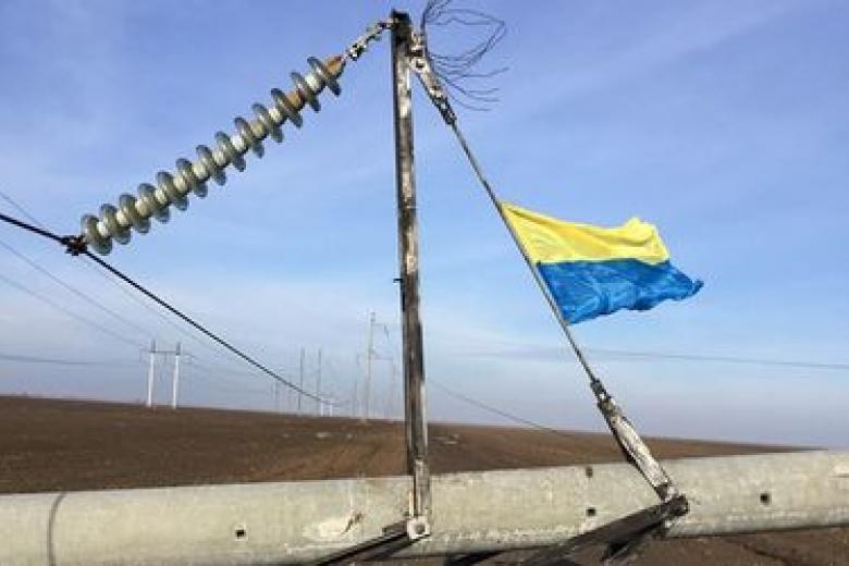 Неизвестные взорвали две электроопоры возле границы сКрымом