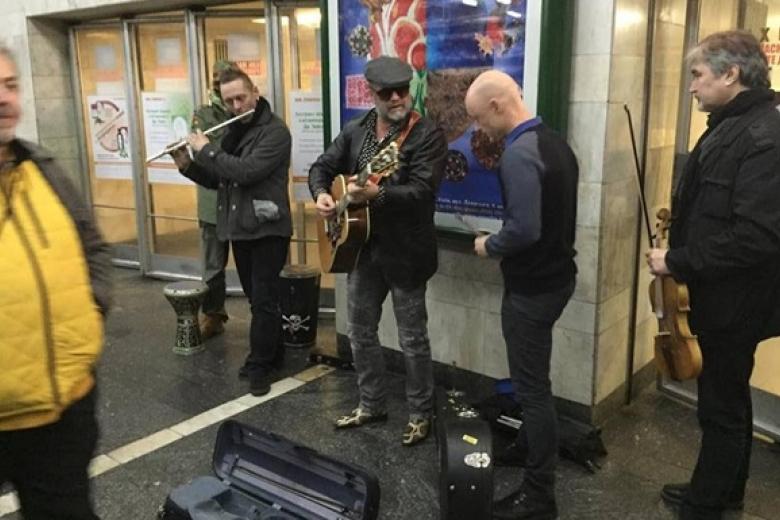 Легендарный российский рокер сыграл в киевском метро