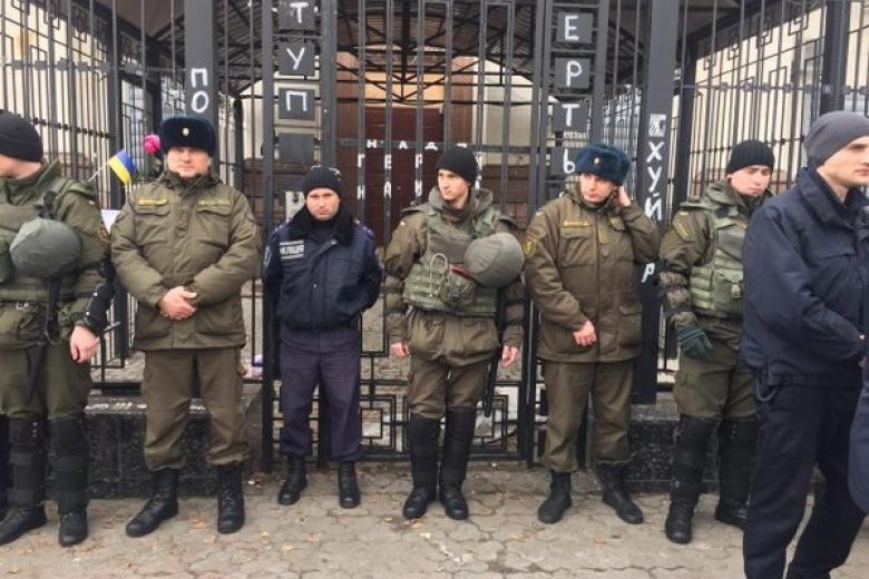 Ночью посольствоРФ вКиеве поджигали «женскими» коктейлями Молотова
