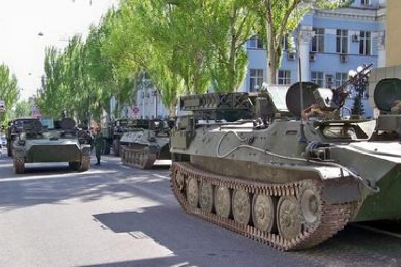 «Парад» вДонецке: военная техника, георгиевская лента ифлаги Союза