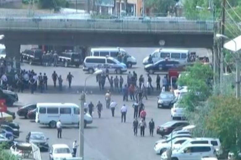 ВЕреване началась эвакуация граждан прилежащих кзданию милиции домов