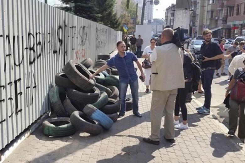 Пикет уздания «Интера», где произошел поджог, организовали бойцы ВСУ