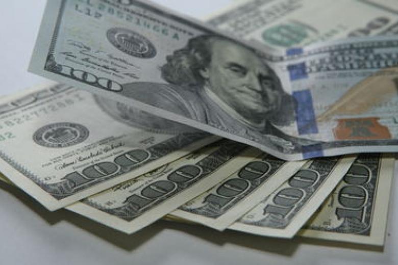 Биржевой курс доллара опустился ниже 62 руб., обновив годовой минимум