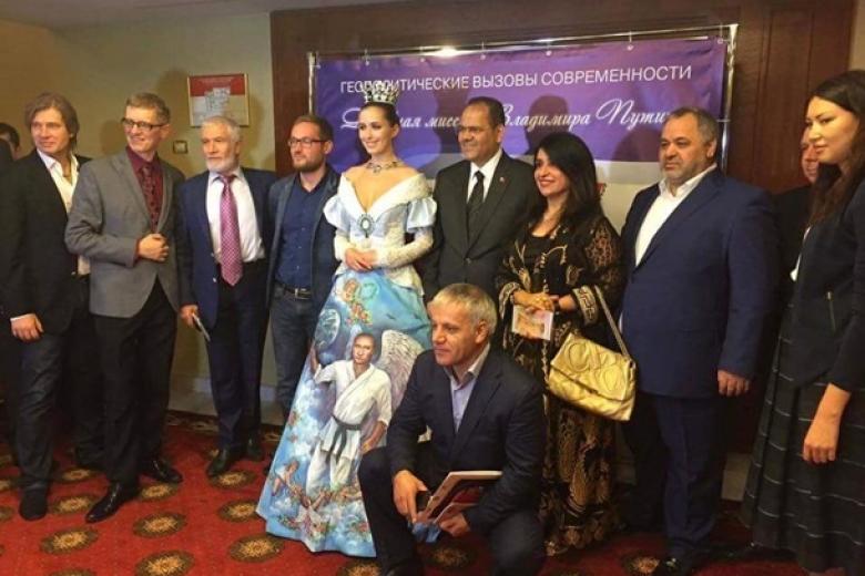 Девушка надела одеяние сизображением В. Путина вобразе ангела