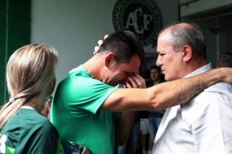 Спогибшими вавиакатастрофе футболистами прощаются настадионе вШапеко