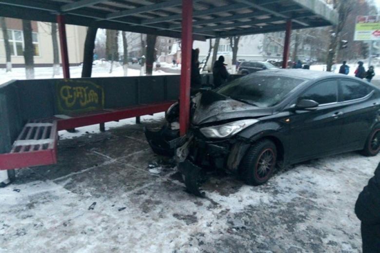 ВКиеве шофёр из-за гололеда протаранил автобусную остановку