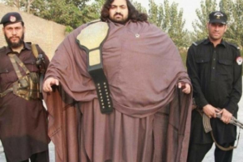 430-килограммовый гражданин Пакистана пообещал стать актуальным для нашего времени Гераклом