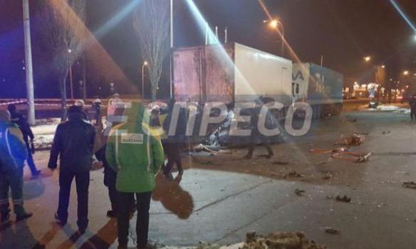 ВДеснянском районе столицы «БМВ» расплющило оприпаркованную фуру. Двое погибли