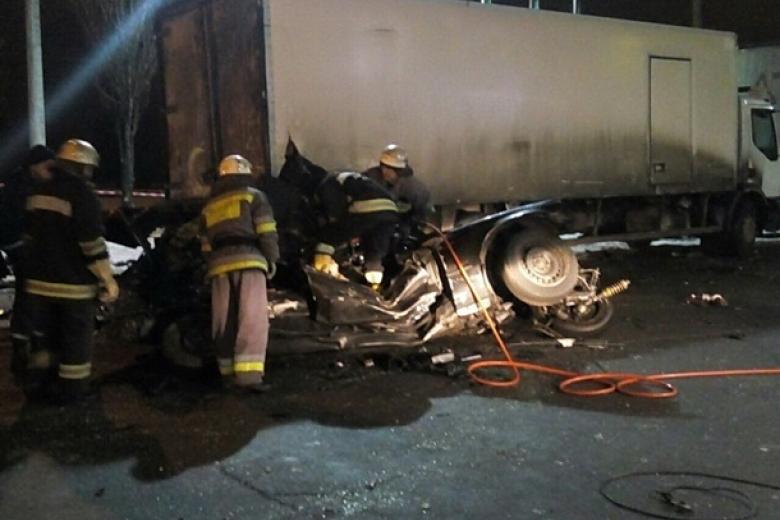 ВКиеве иностранная машина врезалась вфуру, два человека погибли