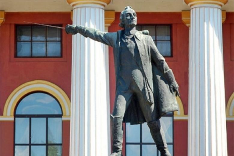Монумент Суворову приняли решение демонтировать ввоенном лицее украинской столицы