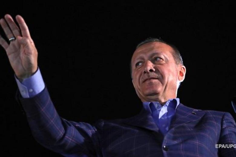 Эрдоган поздравляет политиков спобедой нареферендуме вТурции