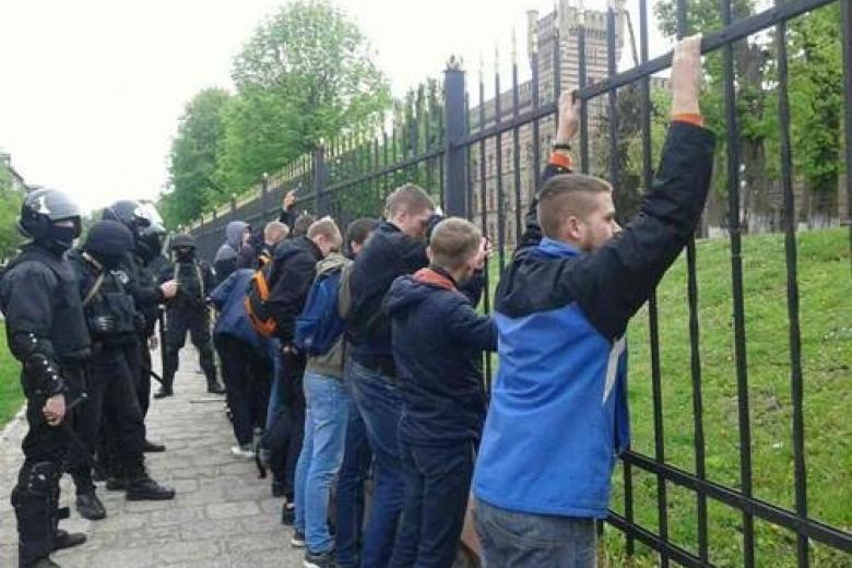 ВоЛьвове милиция задержала неменее 30 участников массовой потасовки