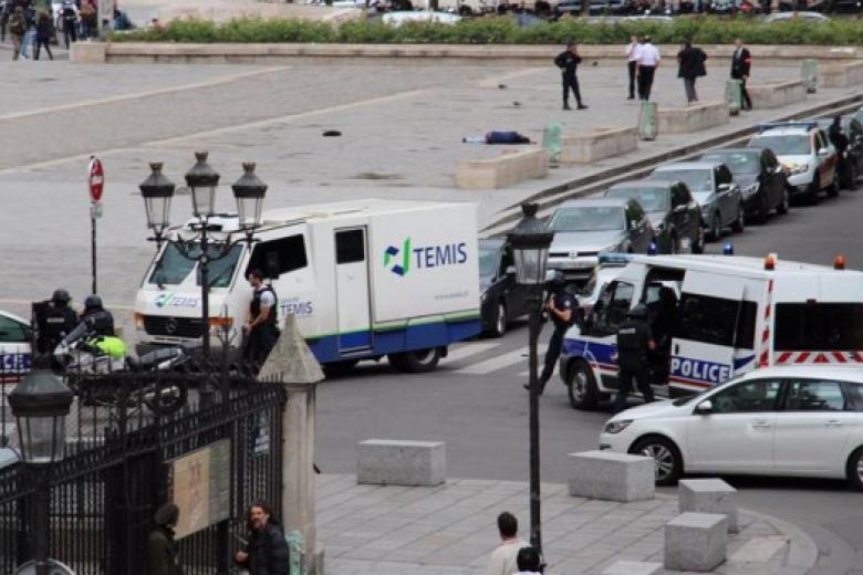 Милиция ищет сообщника: всоборе Парижской Богоматери заблокированы 900 человек