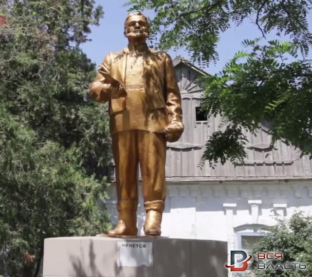 ВЗапорожской области монументы Ленину превратили вболгарского переселенца иПилипа Орлика,