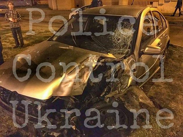 Заместитель начальника харьковской милиции наслужебном авто пытался снести столб