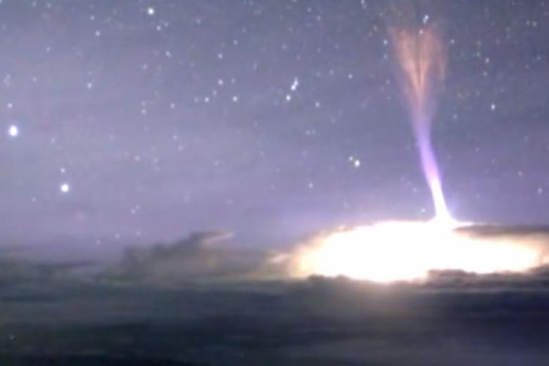 НаГавайях уникальная молния ударила вгору: Ученые показали видео