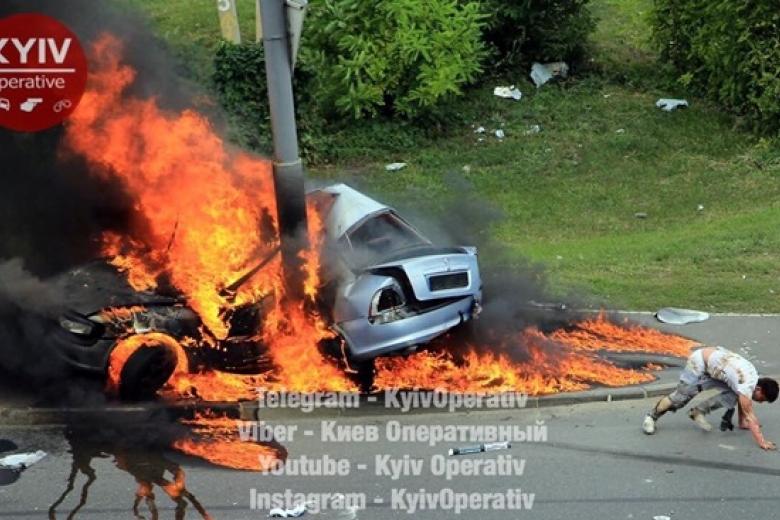 Врезультате происшествия надороге вКиеве взорвалось авто