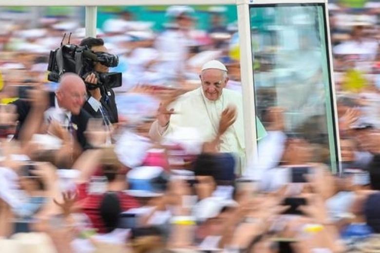 «Вытер кровь ипоехал дальше»: Папа Римский травмировался вКолумбии