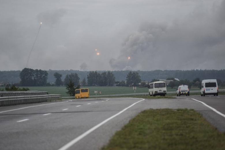 Пожар наскладах боеприпасов гасят 700 человек, задействован самолет
