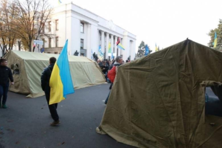 Около 200 митингующих осталось кутру уздания Верховной Рады вКиеве