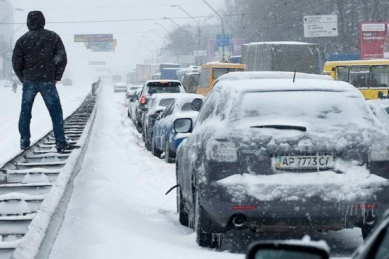 Киев остановился взаторах— Снегопады вгосударстве Украина