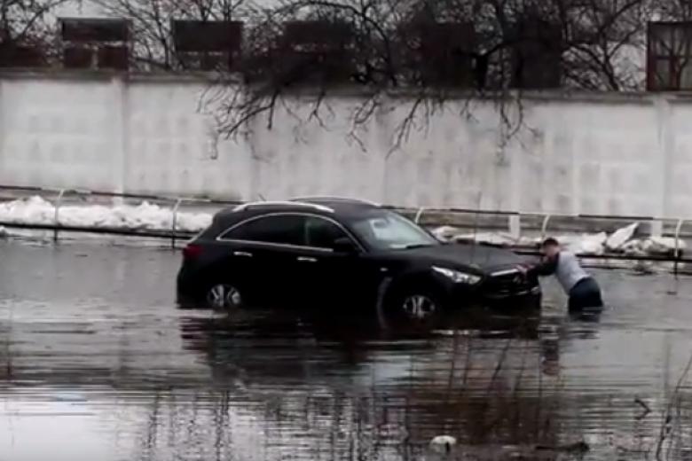 Встолице из-за дождя затопило улицу