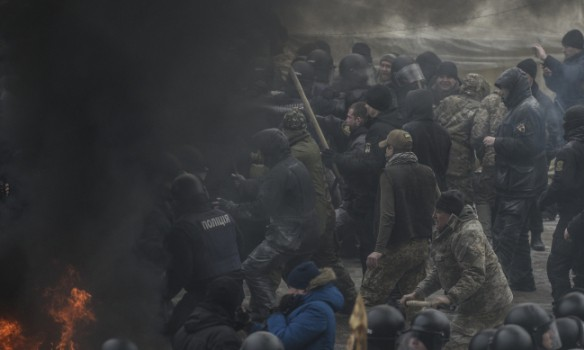 Брусчаткой ислезоточивым газом отбивались от милиции протестующие вКиеве