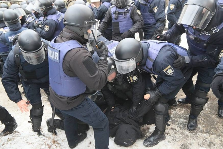 Возле Соломенского суда вКиеве произошли столкновения: задержаны 30 человек