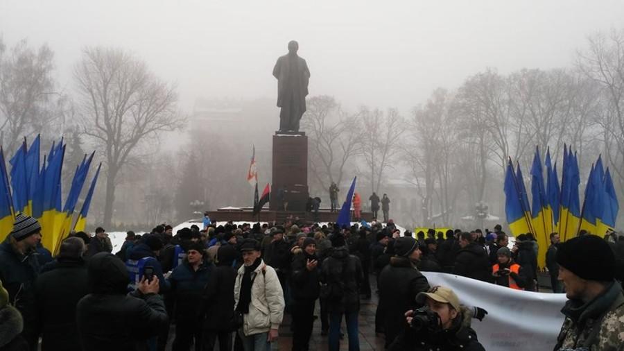 Вцентре столицы Украины сторонники Саакашвили прорвались через кордон милиции — Помешать Порошенко