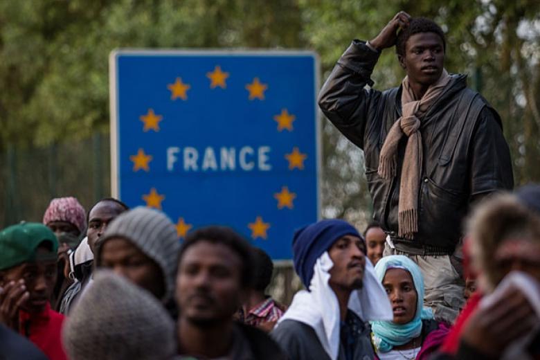 61 час дебатов: воФранции приняли жесткое миграционное законодательство